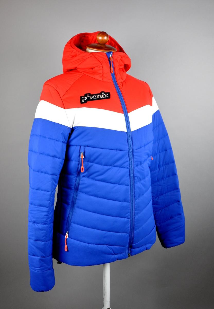 Blå vattert jakke med rød hente og skuldre, og hvit stripe over brystet.
