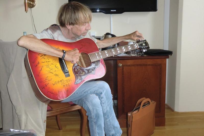 Jahn Teigen spiller gitar på Britannia Hotell i forbindelse med Hall of Fame 2012. Foto: Terje Nilsen.