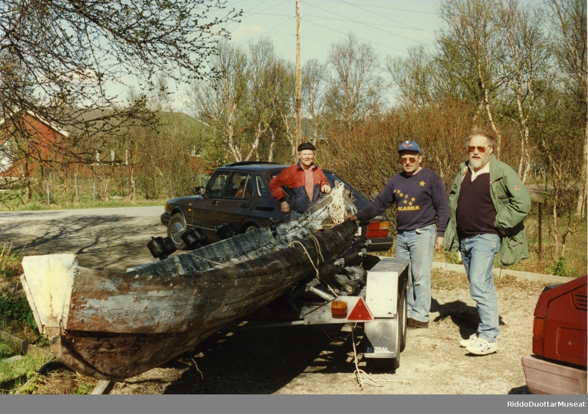 Elvebåt hentes fra Arne Benjaminsen 1996, Fra h. Josef Lindbäck, kultursjef, Arne Benjaminsen, båtgiver, Arvid Petterson.