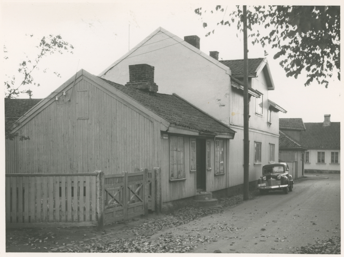 """Div. gatebilder, 1960-årene.  Bilde 1: Nyqvistgården i krysset Høienhaldgt. - Vogts gt.  Bilde 2: Fra Kransen. Huset i forgrunnen var fra før 1800 - i 1830-årene eid av fattigvesenet, men kom senere over i privat eie. Bilde publ. i """"Moss som den var"""" (Jørgen Herman Vogt, 1970), s. 133.  Bilde 3: Fra Nygaten. I gården i bakgrunnen drev Dagny Larsen i sin tid manufakturforretning. Gaten fikk senere (1938) navnet Fjordveien. Bilde publ. i """"Moss som den var"""" (Jørgen Herman Vogt, 1970), s. 132."""