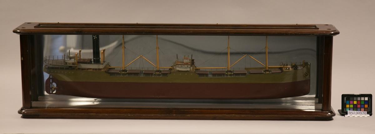 Halvmodell av DS GUSTAV  VIGELAND, bg. 1901 på speil i originalt glassmonter.