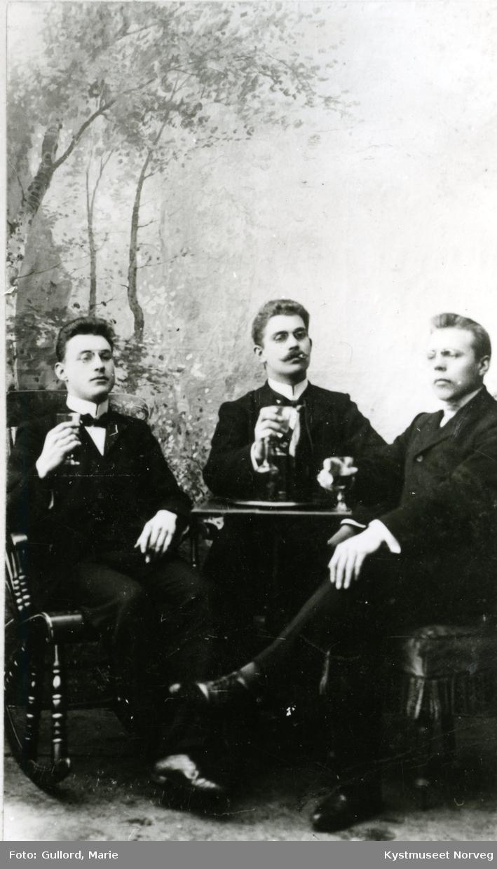 Lorents H. Lyngsnes sammen med ukjente ungdommer