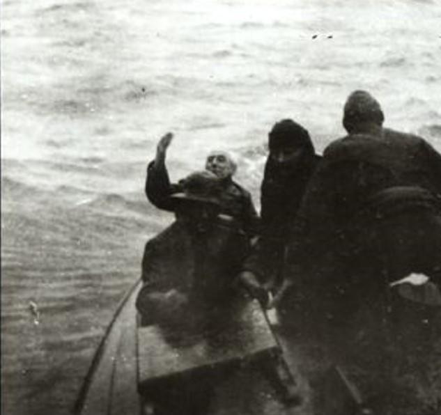 I Alaska vinket Amundsen farvel til «Maud» for siste gang for å forberede sin egen flyvning fra Alaska. (Foto/Photo)