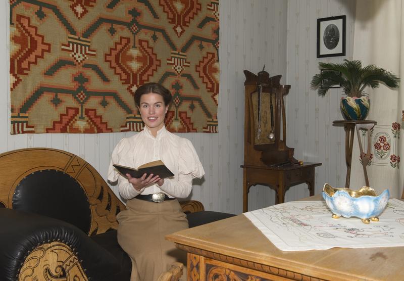 Unge Marie Ødegaard i dagligstua.