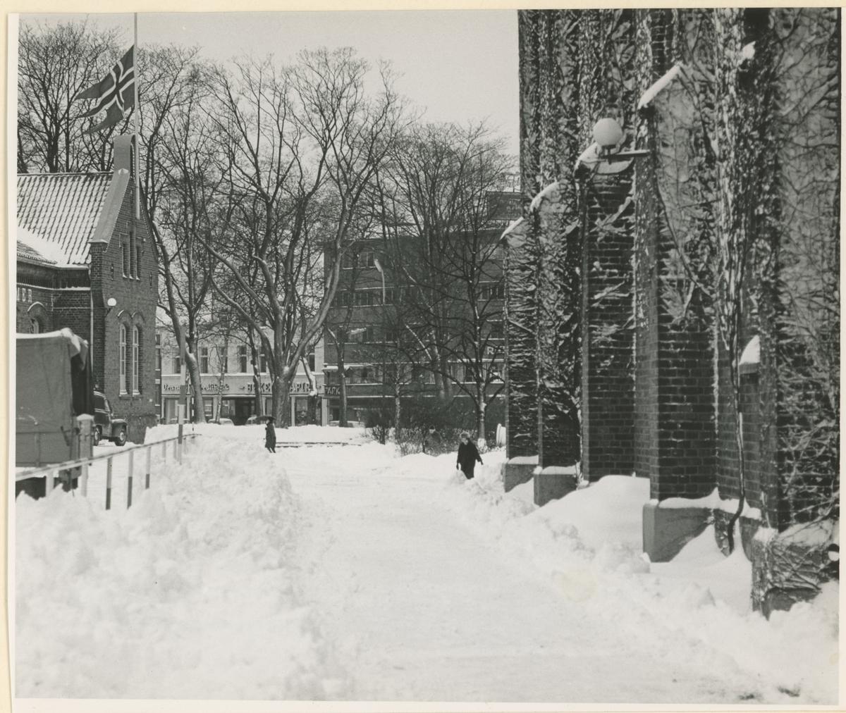 Mot Kirkeparken, til høyre kirken. Til venstre politikammeret. I bakgrunnen Park hotell.