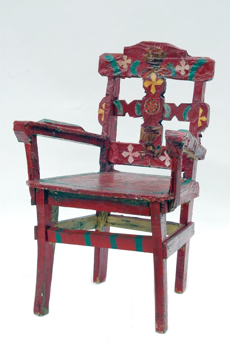 Karmstol. Trä. Överklädd med papper och målad röd och grönt. Collage med papper i olika färger och bilder.