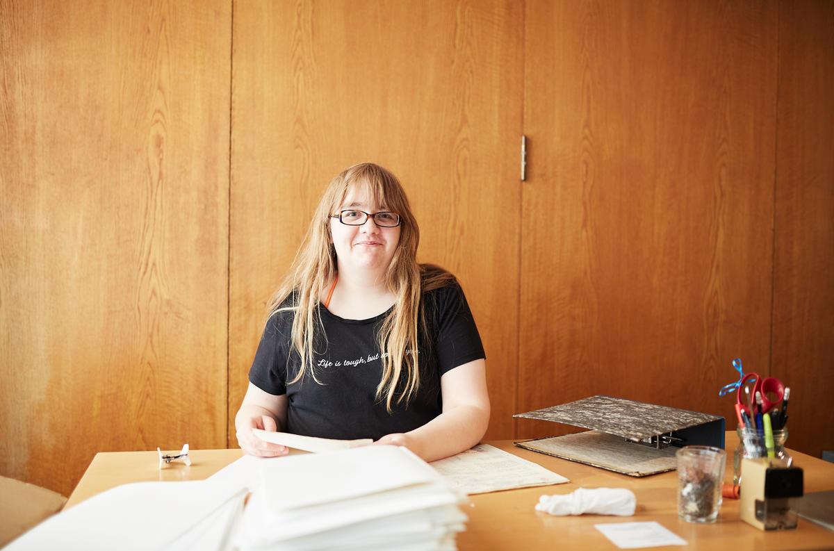 Trainee Isabelle godt i gang med fjerning av stifter i arkivmaterialet. (Foto/Photo)