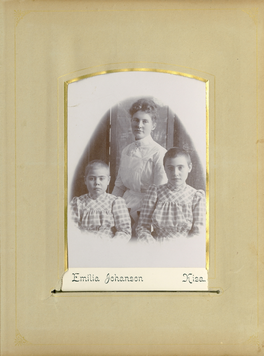 Porträtt av okänd kvinna och barn.
