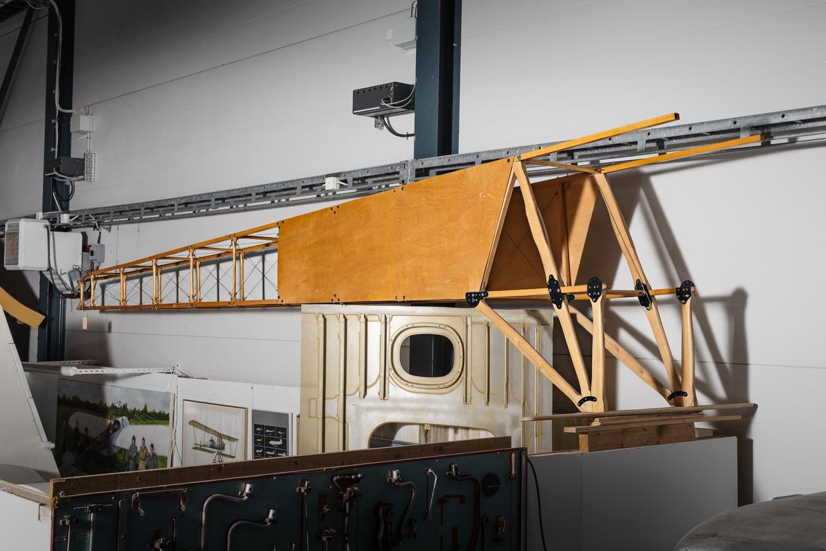 Flygplan av modell Albatross. Enmotorigt, dubbeldäckat propellerflygplan med två sittplatser i tandem. Flygplanet är uppbyggt av trä, med ving- och andra stöttor av metall. Endast framkroppen och enstaka andra delar är original. Vingar, bakkropp med stabilisator, fen- och höjdroder, styrsystem, bränsletankar och baldakin (stöttorna mellan översidan av flygkroppen och övervingarnas infästning) är nytillverkade.