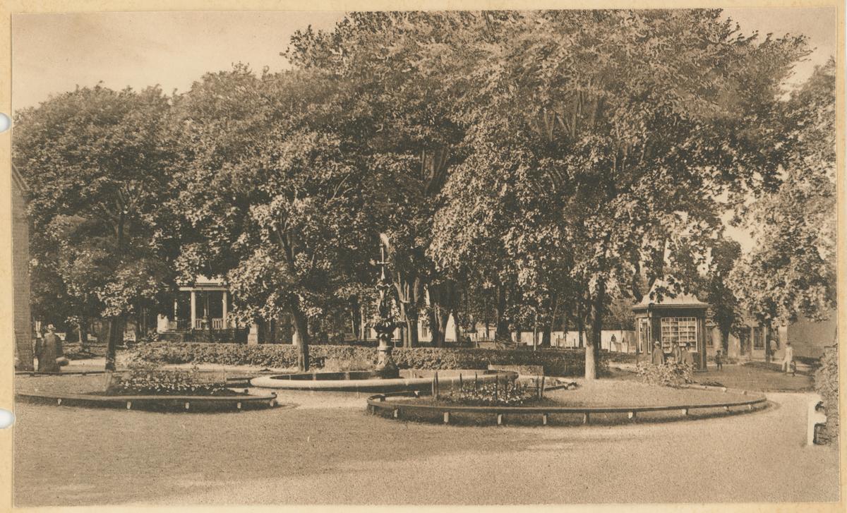 Kirkeparken med den gamle fontenen og den gamle aviskiosken til høyre.