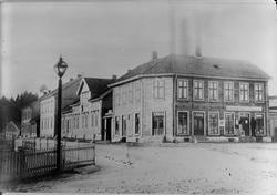 N. Torg i Hønefoss mot Hammerbrogata A. Nilsen, Herrekleder