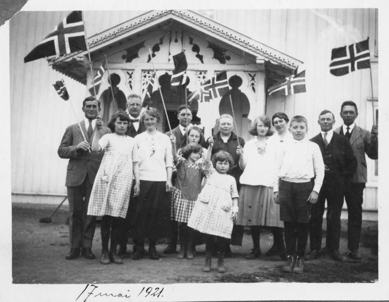 Gruppe på under 20 personer feirer 17.mai i Lunner for 99 år siden.