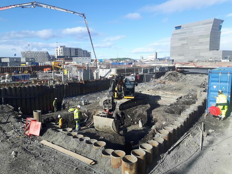 12. mai – undersøkelsene på tomten kalt Bispekilen er i gang. Årets feltarbeid i Bjørvika dekker et adskillig mindre område enn fjorårets utgravning på B8a. Håpet i år er bl.a. å finne ut om - og i tilfelle hvordan - bryggene nord og sør for Bispekilen henger sammen.