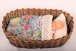 dukke med klær og seng
