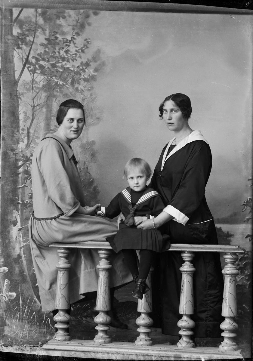Ateljéporträtt - två kvinnor och en flicka från Öregrund, Uppland 1923