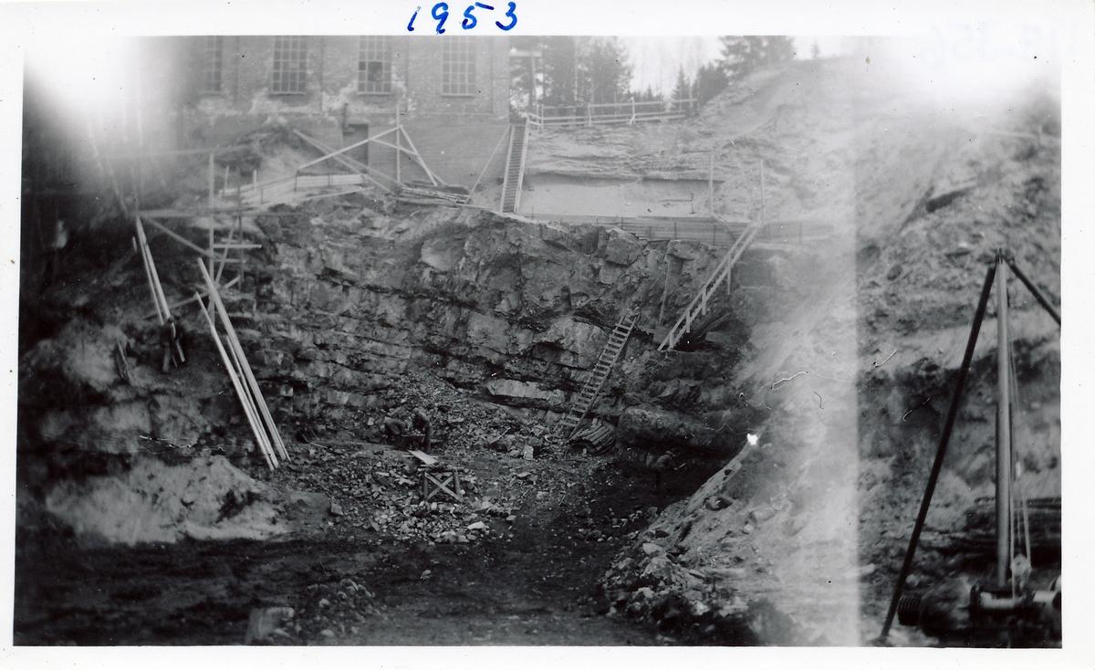 Tomt graves ut for kraftstasjonen Kistefoss II. Bergvegg med flere stiger på byggeplassen.