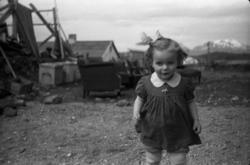 En pike i en av Bodøs bygater like etter krigen.