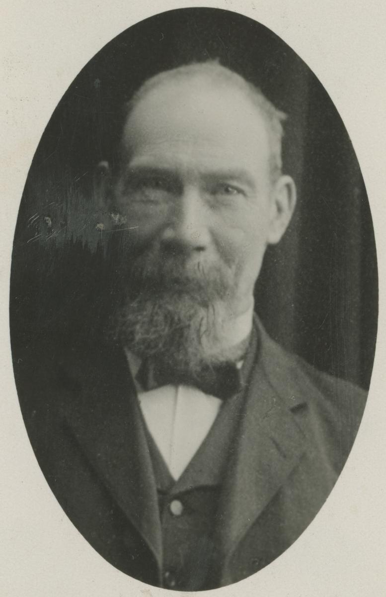 To portrettfotos av vaktmestere.  Bilde 1: Theodor Stræth.  Bilde 2: Hans Olsen (også malermester).