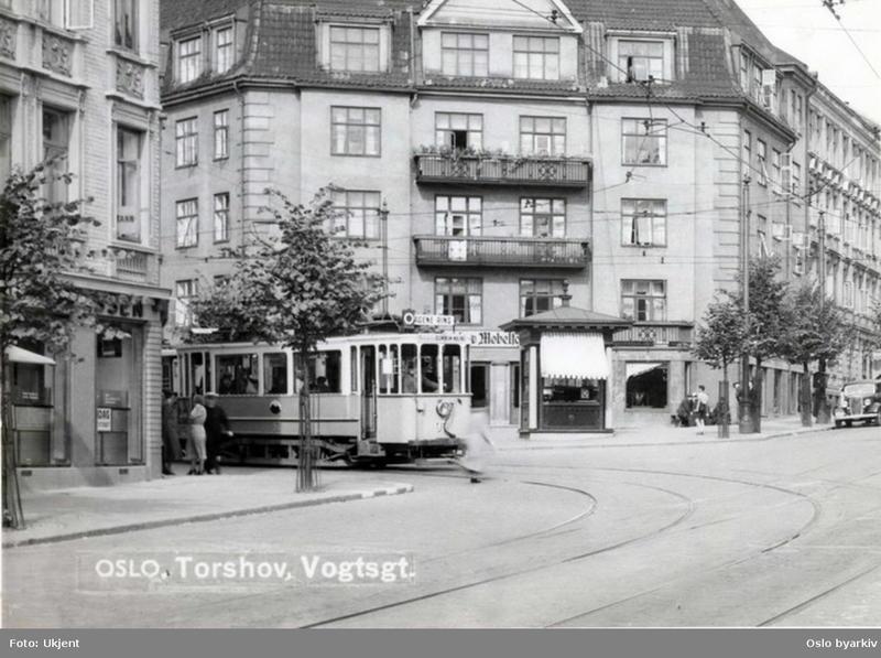Kiosk av typen Tyrihans i krysset  Bentsebrugata - Vogts gate, 1937. (Foto/Photo)