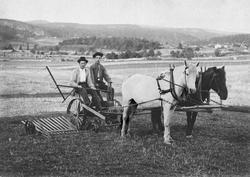 En av de første slåmaskiner på Berger i Solli i Tune. Trukke