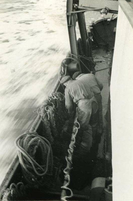 To menn i arbeid på fiskebåt