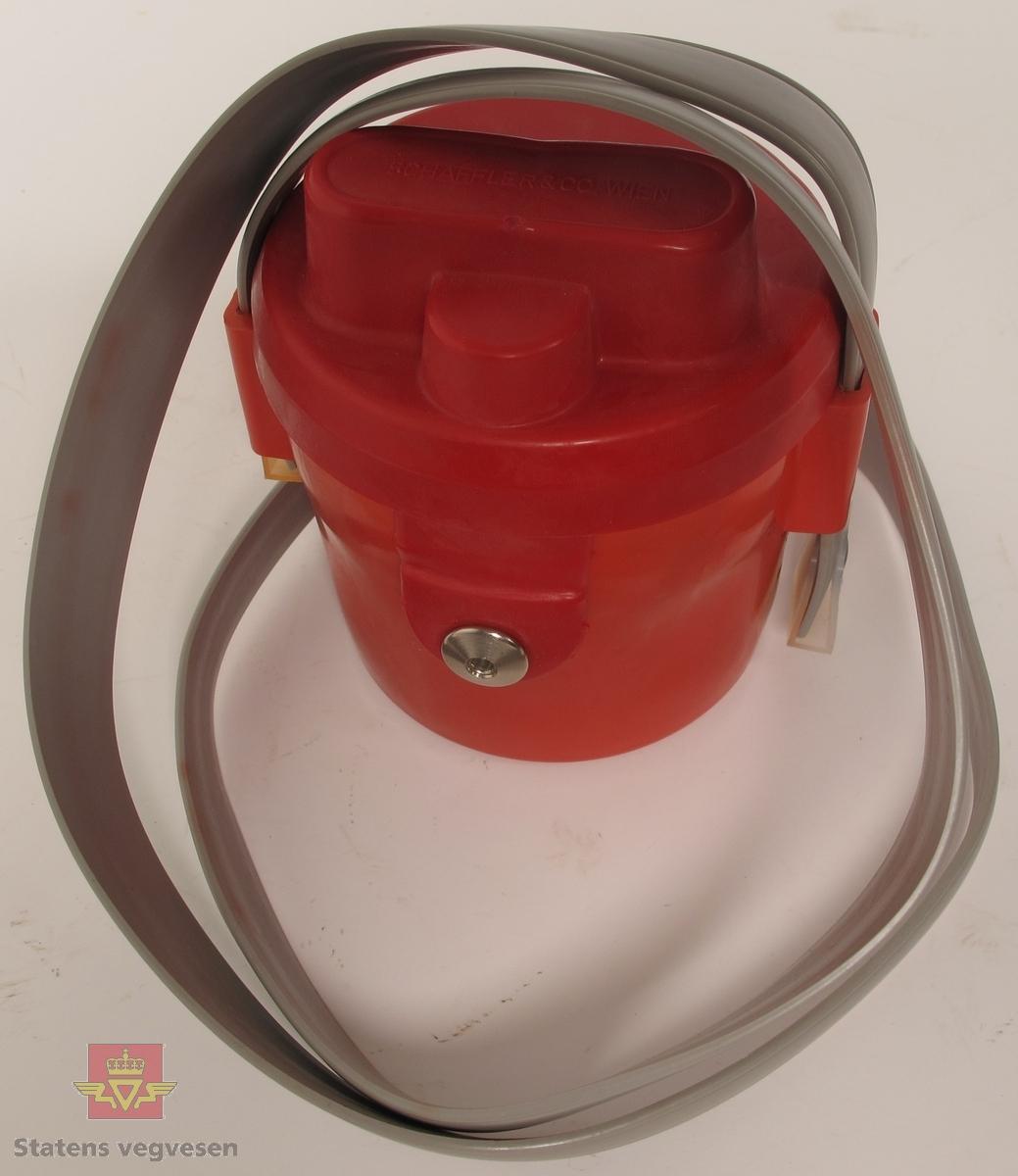 Ohmmeter i rødt hus av metall, dekket med gummi. Har to tilkoblingspunkter for ledning og bærereim av grå plast. Målevindu med nål som viser verdier fra 0 til 500 ohm. Har innskrift på lokket SCHAFFLER & CO, WIEN og påskrift på instrumentet DREMONIA/S 1983 SCHAFFLER & CO WIEN 303171 1V 5 mA.