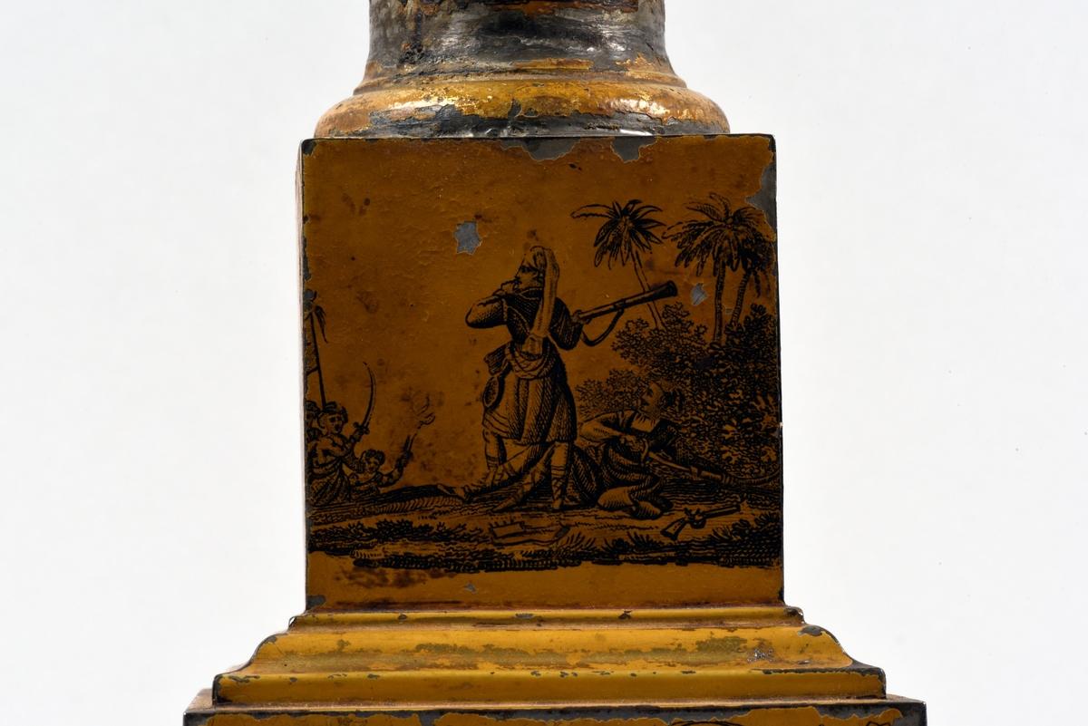 En av ett par fotogenlampor med gulmålad fot i plåt. På målningen finns tryckta stridsscener samt dekor med gotiska valv i svart. Foten är i form av en pelare på kvadratisk bas. Fotogenbehållaren är av glas och brännaren av mässing. Lampkupan är av opalfärgat glas med inslipad blomsterdekor. Högst upp ett skydd sytt i cremefärgat sidentyg, i form av en blomma.