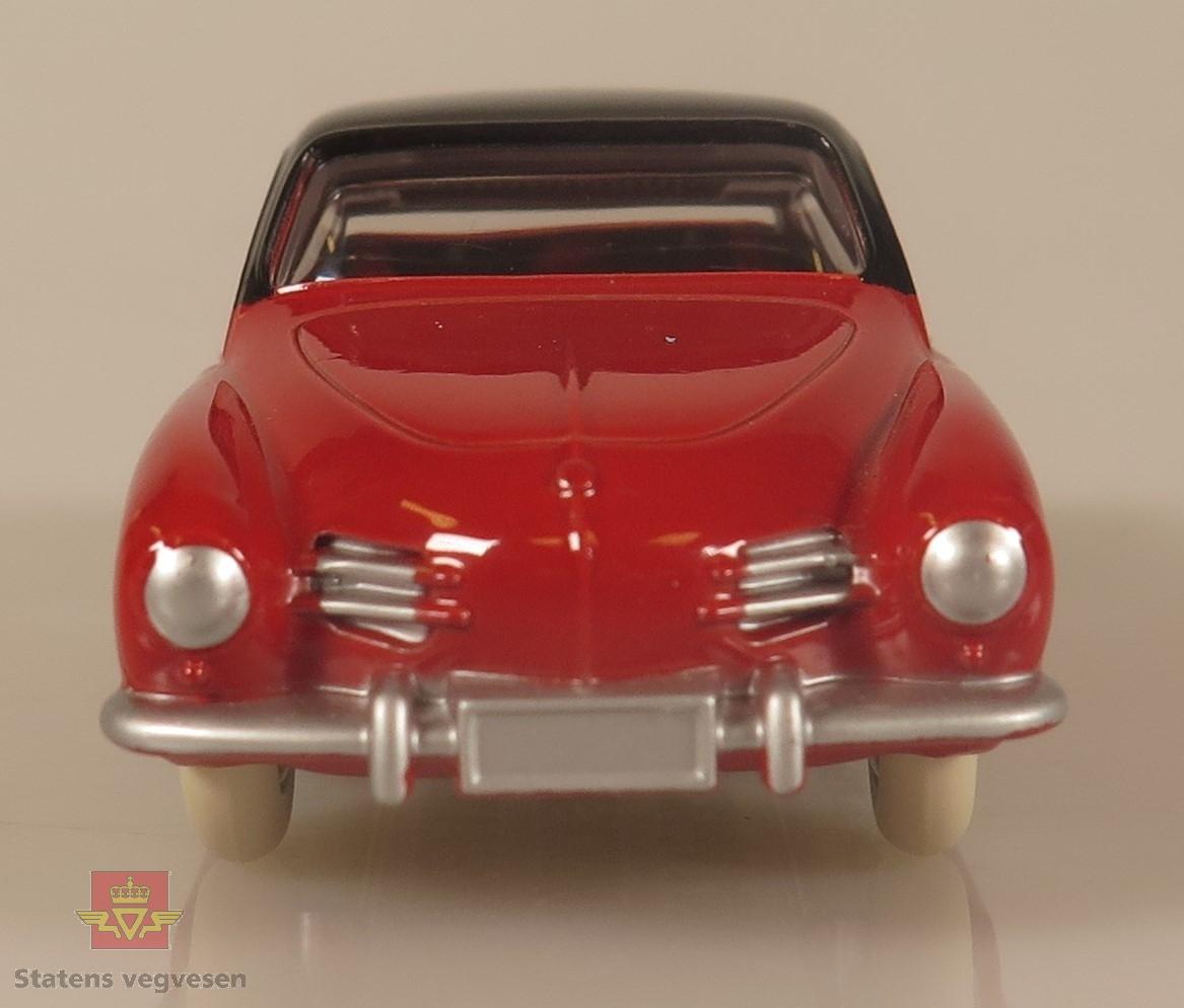 Rød modellbil av Volkswagen Karmann-Ghia med hvite felger, den har og to hvite striper på karosseriet