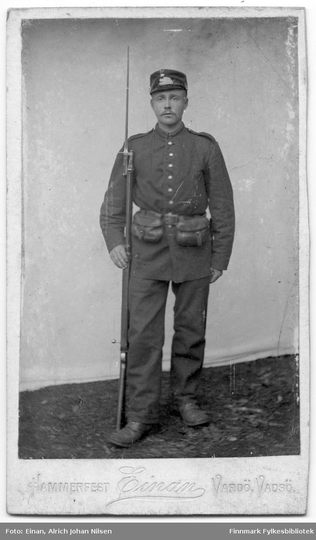 Visittkortportrett av en mann i militær uniform, fotografert hos Alrich Johan Nilsen Einan sitt atelier.