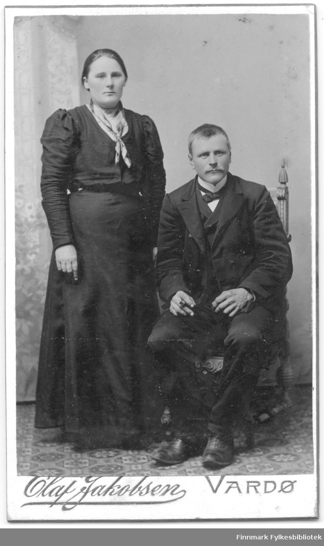 Visittkortportrett av en kvinne og en mann, fotografert i Olaf Jakobsen sitt atelier i Vardø rundt 1900.