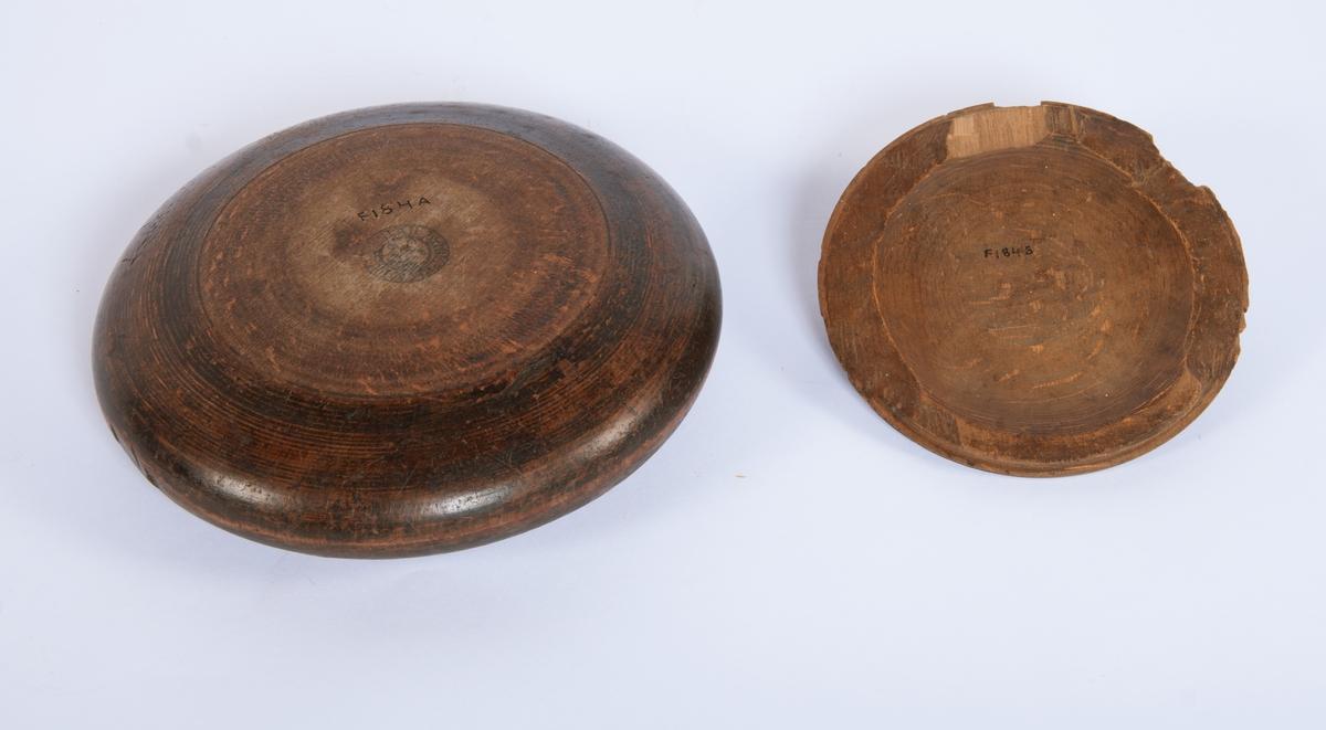 Bolle med lokk. Bollen er rund, lav, ovalt tverrsnitt. Buken videre enn åpningen. Lokket er buet med lite håndtak. Låsespor fester lokket når det dreies.