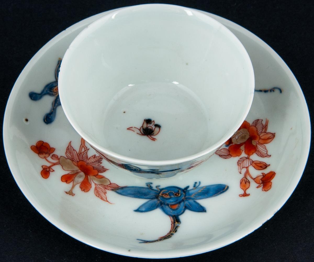 Kopp med fat i ostindiskt porslin. Dekor i rött, blått och guld.