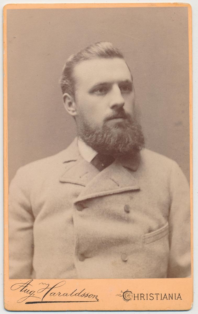 Portrett av Rikard Olsen f. 17/4 1869 Kristiania og død ca. 1916. Han var gift med Hilda født Ermesjø 17/10 1863 Frogn. Bosatt på Skaugum, Asker. Informant Turid Kleven, Drøbak. Rikard var hennes morfar.