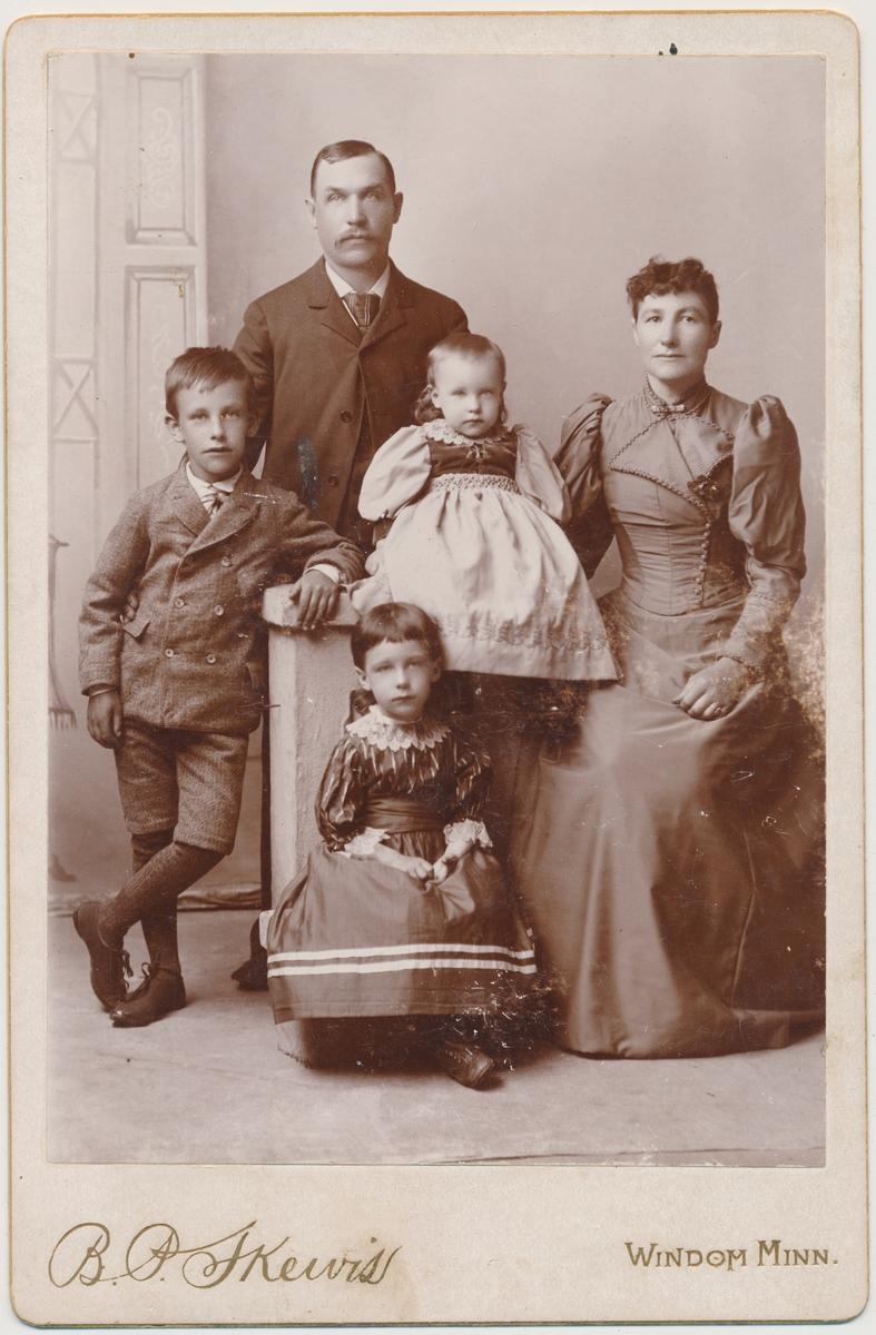 Familiebilde av familien Smedstad i Windom, Minn. 3 barn, mor og far. Jentene er Inga og Eivor Smedstad.