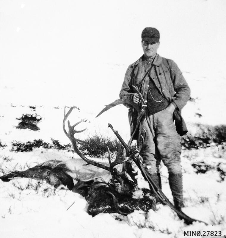 Torleif Jensson Bjøntegaard med skutt bukk. Ca 1930 (Foto/Photo)