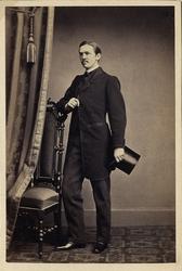 Foto av en man med mustascher, klädd i redingot med väst, st