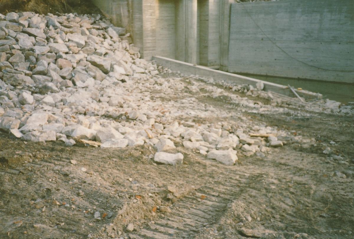 Anleggsområde med stor haug av stein ved siden av utløpet for kraftstasjonen Kistefoss II. Forstøttningsmuren for utløpet er ferdigstilt.