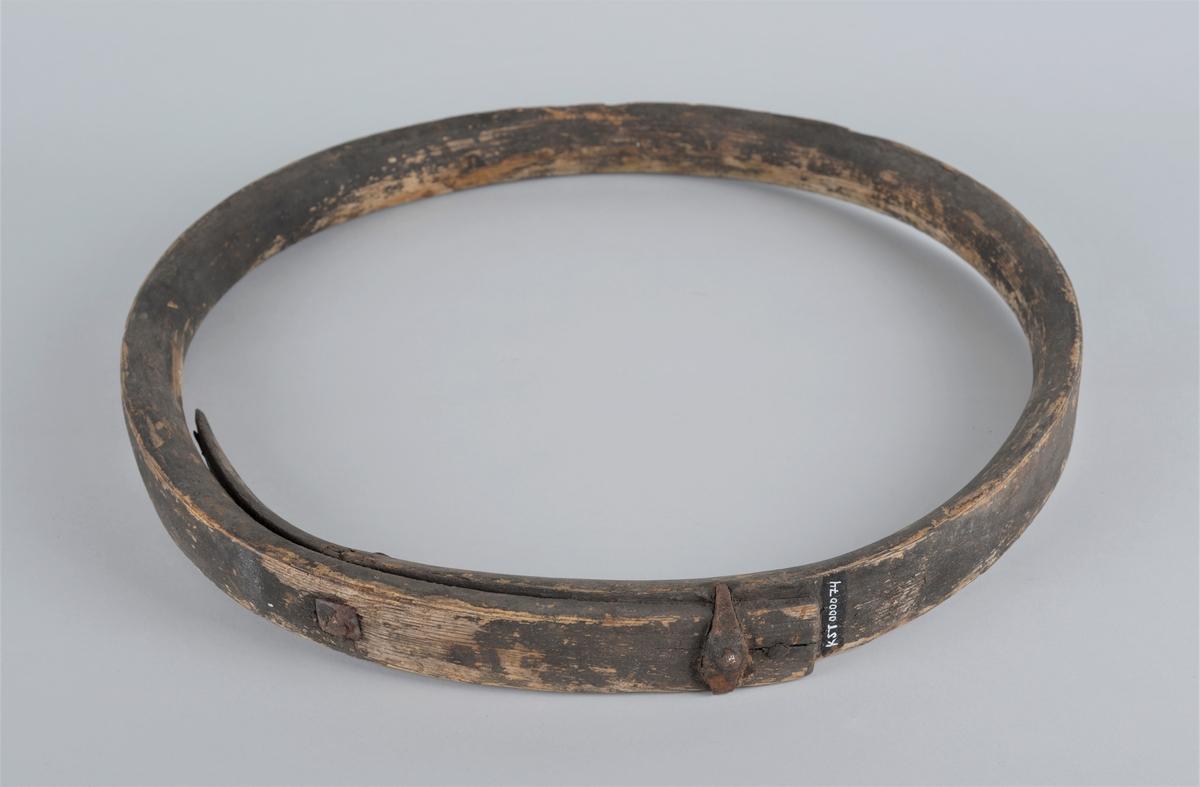 Funksjon/type: Ring brukt rundt mast på seilbåt, for å gjøre det lettere å heise seglet og holde seglet inn til masta. Form: Rund  Har vært svartmalt, men noe er flasset av.