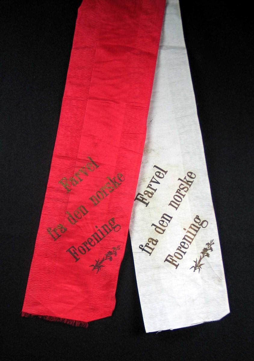 Begravelsessløyfe i hvit og rød silke med tekst i gull.