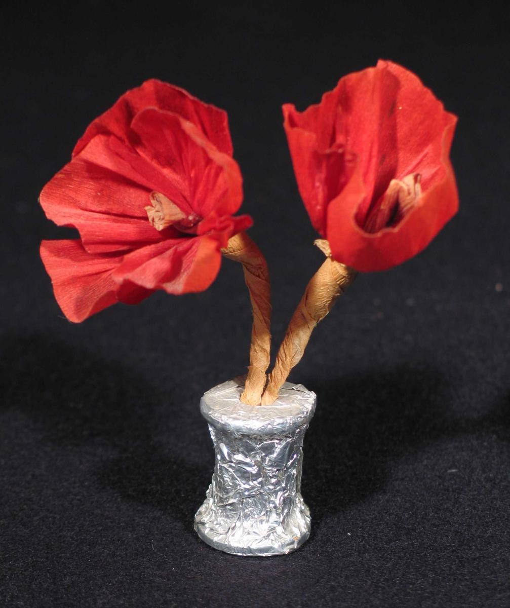 Valmuer laget i kreppapir og festet til en trådsnelle med sølvpapir rundt.