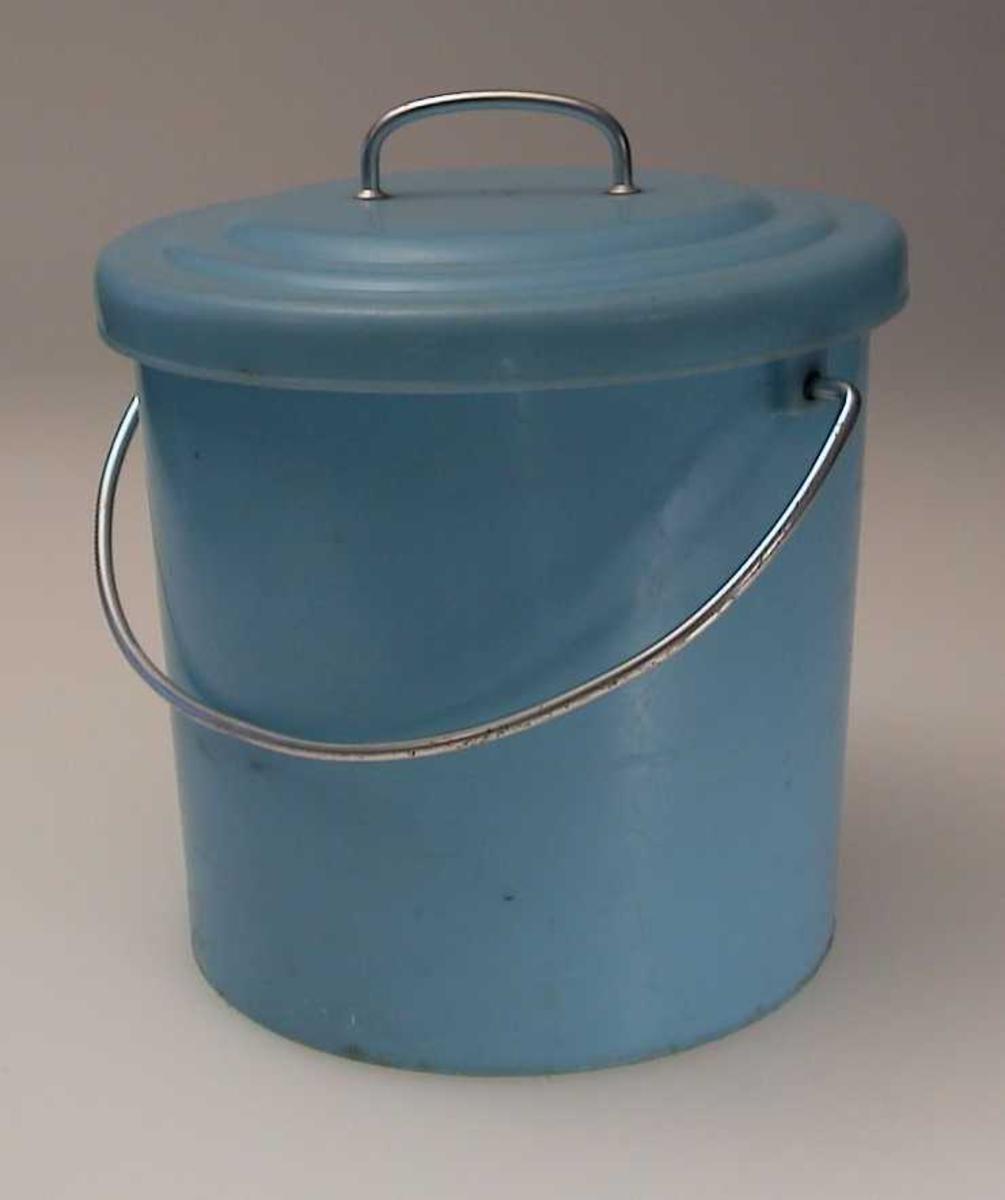 Blå plastbøtte med hank og lokk. Lokket har håndtak.