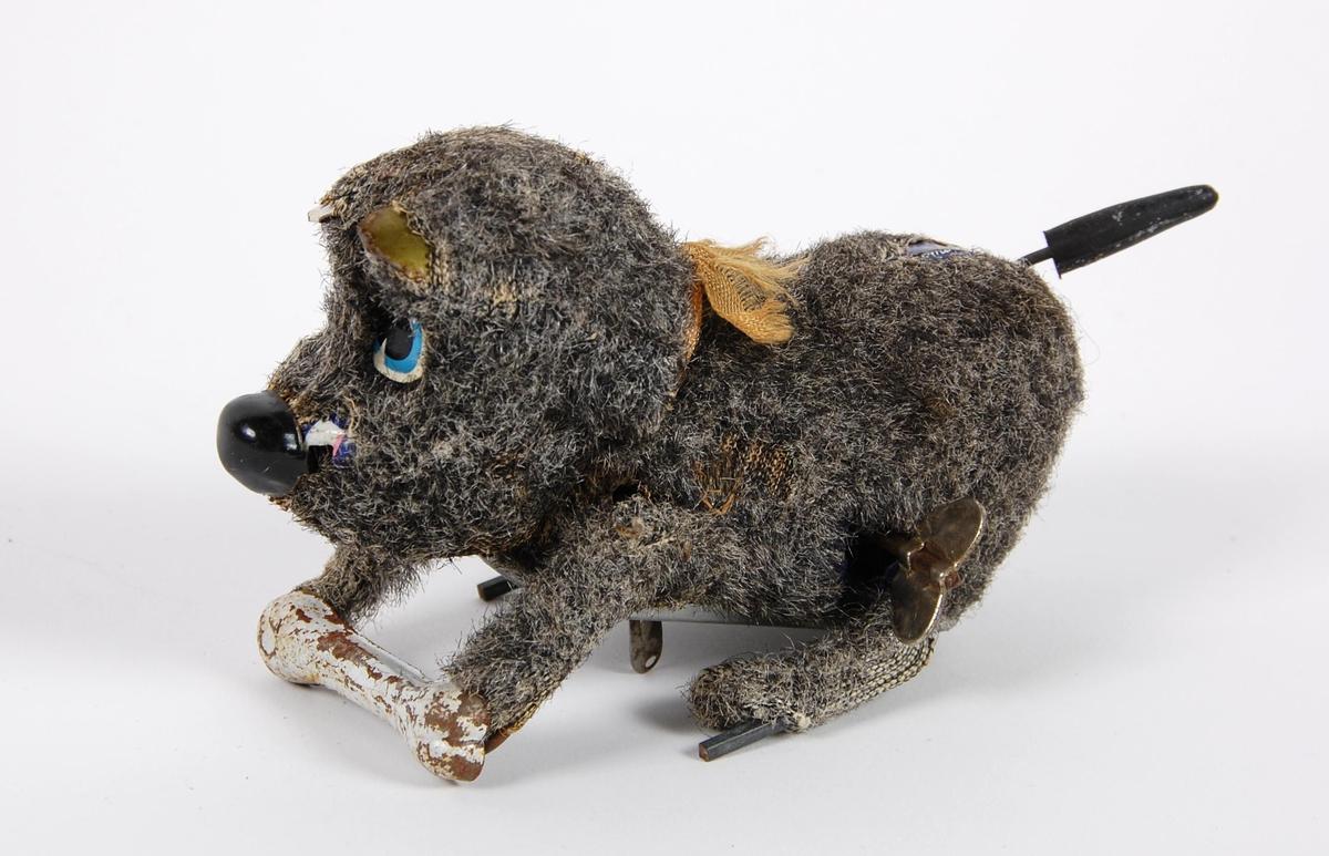 """Mekanisk lekehund av metall med """"pels""""."""