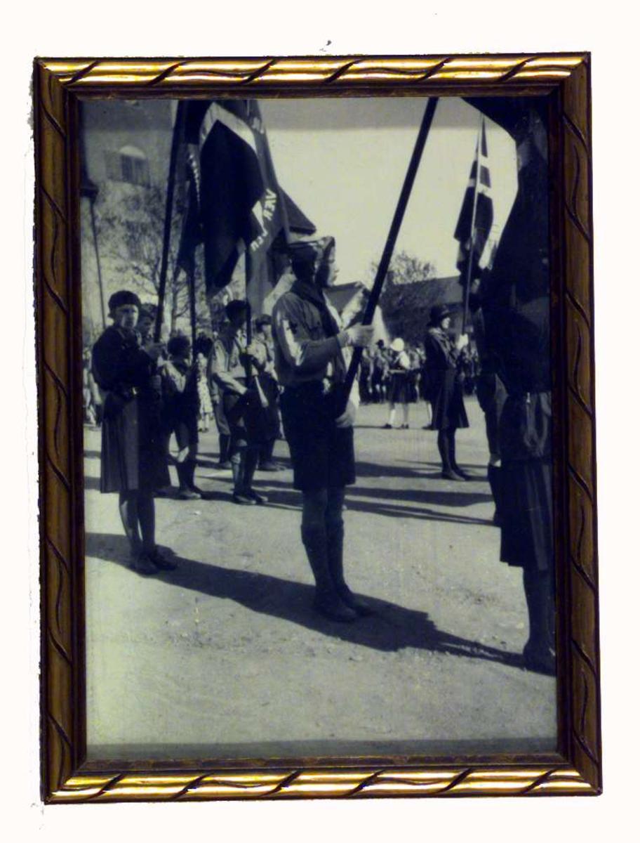 Flaggborg av speidere på Stortorvet i Lillehammer. Sigrid Undsets sønn Anders Castus Svarstad midt på bildet.