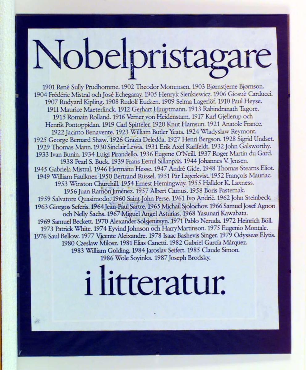 En plakat med navnene på alle Nobelpristagere fra 1901 til 1987. Plakaten er satt i klipsramme.