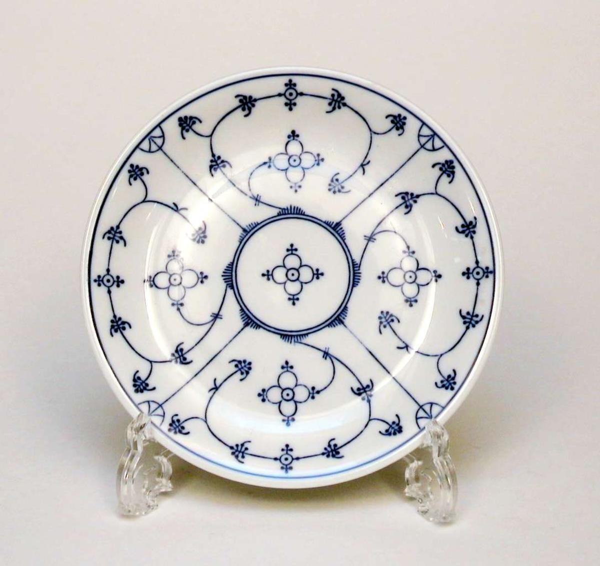 Hvit tallerken med blå dekor (musselmønster).