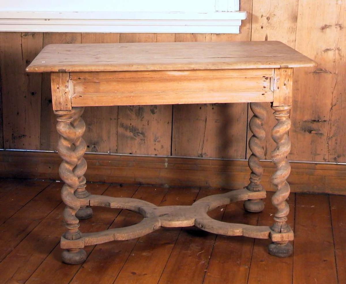 Trehvitt bord med dreide ben i spiral og med kraftig benforbinding.