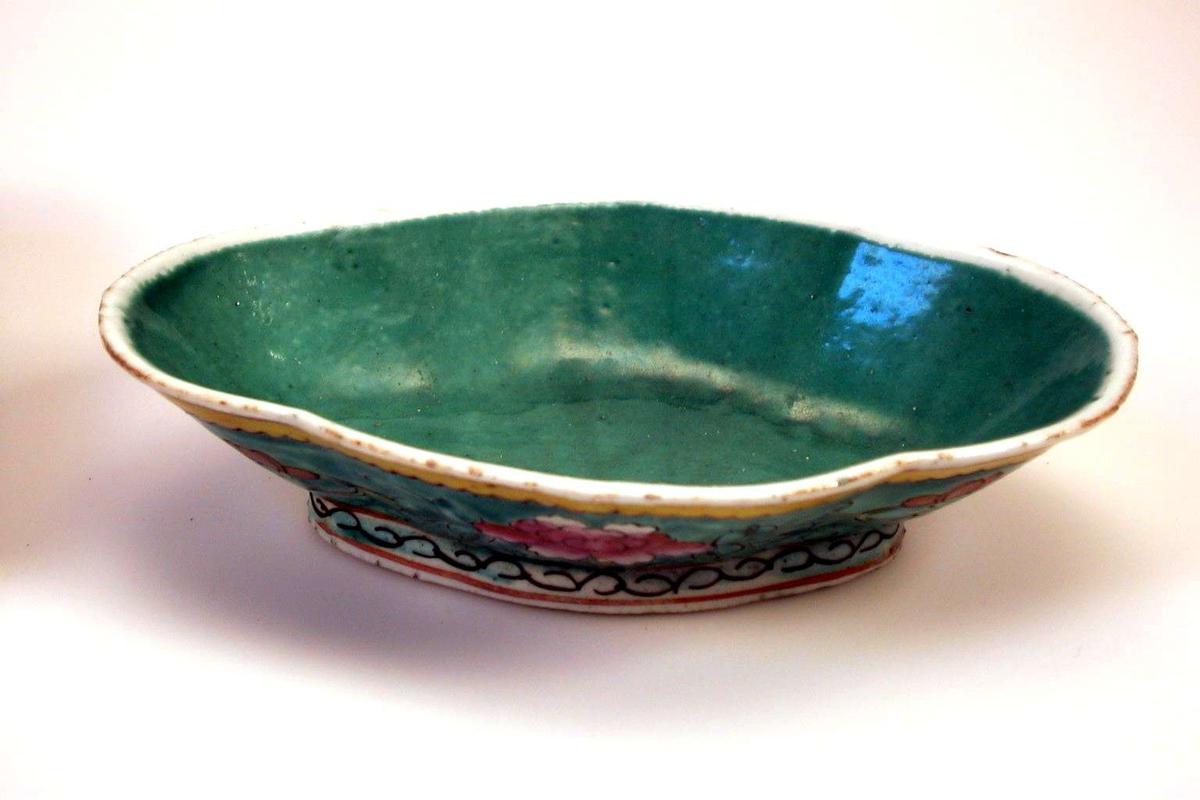 Kinesisk skål med polykrom blomsterdekor på sidene. Skålen er turkis inni og bunnfargen i dekoren er blå.