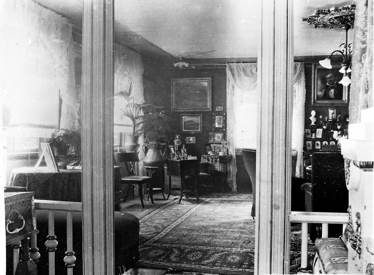 Aulestad, interiør, stue, blomster, malerier, teppe, stol, bord,
