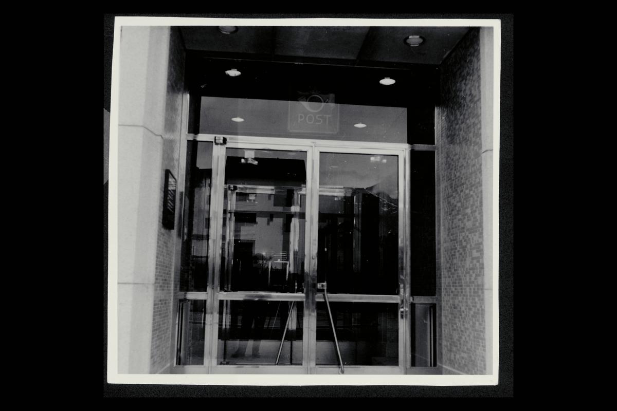 eksteriør, postkontor, 4800 Arendal, inngang, postskilt