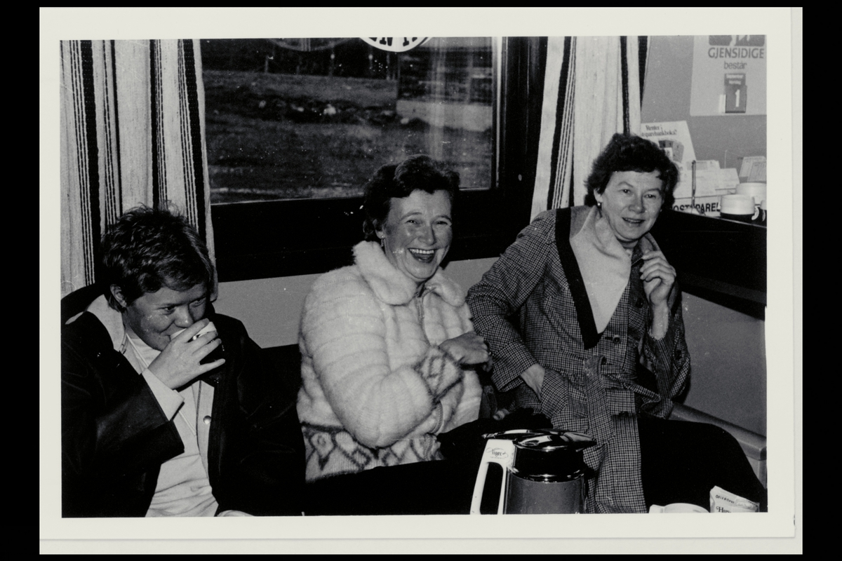 interiør, postkontor, 9710 Indre Billefjord, nye lokaler, tre kvinner, kaffekos